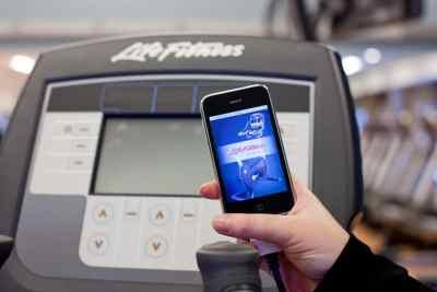 Cardiongerät Life Fitness mit Smartphone verbunden