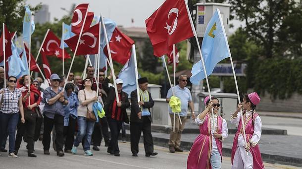 Участники акции несли флаги крымских татар. Фото: aa.com.tr
