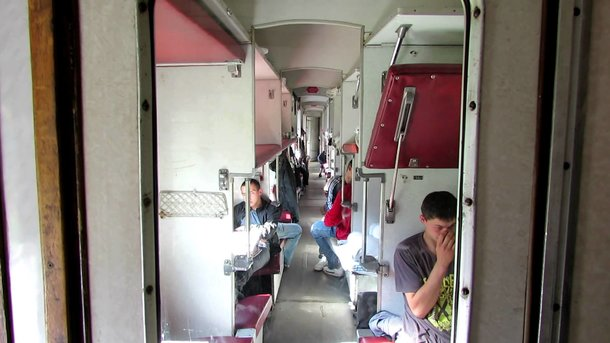 Из-за жары пассажиры поезда выняли стекла из окон, которые не открывались. Фото: politeka.net