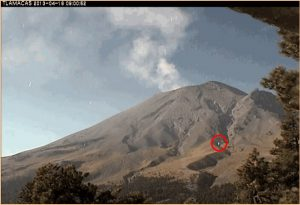 Strani oggetti si librano intorno al vulcano Popocatepetl