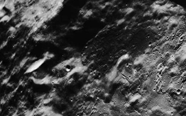 Foto Nasa, tratta dalla missione Apollo, rivela astronave aliena sul lato oscuro della Luna