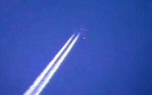 Oggetto non identificato vola sulla scia di un aereo di linea