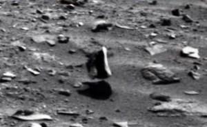 Curiosity fotografa una roccia sospesa su Marte