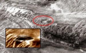 Disco metallico fotografato su Marte