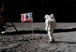 La bandiera piantata sulla Luna dagli astronauti dell'Apollo 11