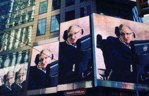 Misterioso messaggio inviato da Stephen Hawking sugli schermi di Time Square
