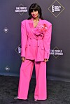 PINK PANTHER: Jameela Jamil i en rosa dress. Foto: Rob Latour / Shutterstock / NTB