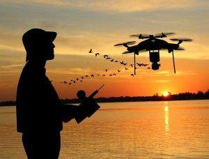 Mensch, Drohne und Abendhimmel