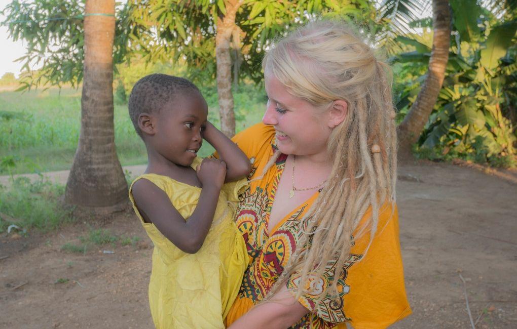 Viola Wallenius lapsen kanssa.