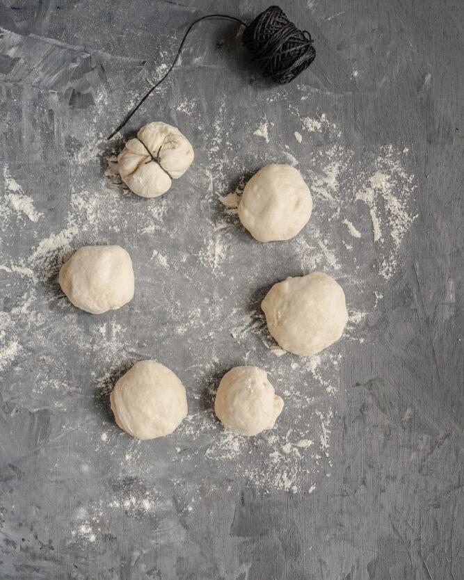 So formt man Brötchen in Kürbisform mit Hilfe von Küchengarn.