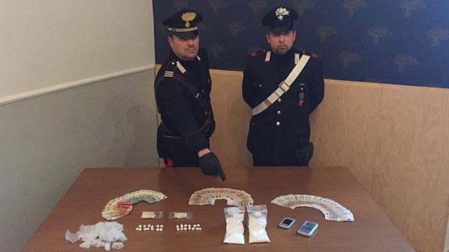 Nasconde cocaina nel manico di una scopa, arrestato dalla Polizia