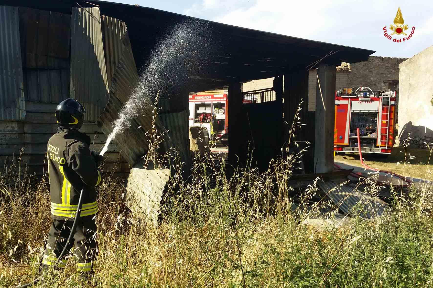 Vigili del Fuoco intervengono per incendio tetto nel novarese