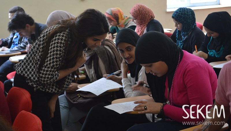 HU-StudentInnen beim Lösen der Quizfragen zum Thema Chancengleichheit