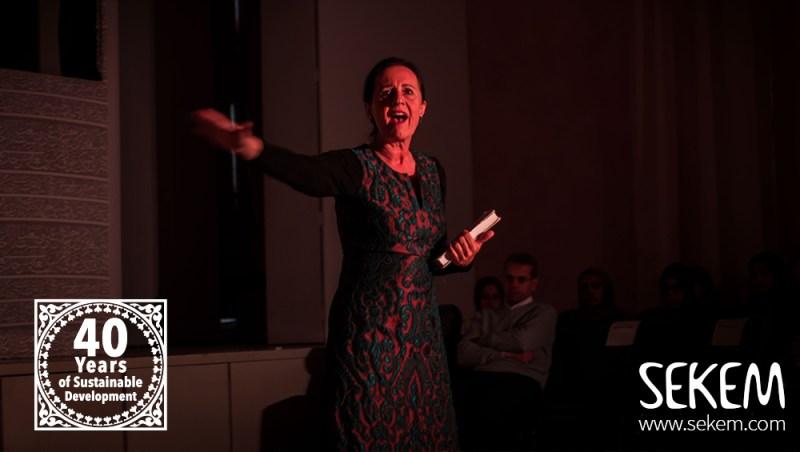 Dorothea Walter, Dozentin der Heliopolis Universität, spielt die englischsprachige Scheherazade und Lady Macbeth.