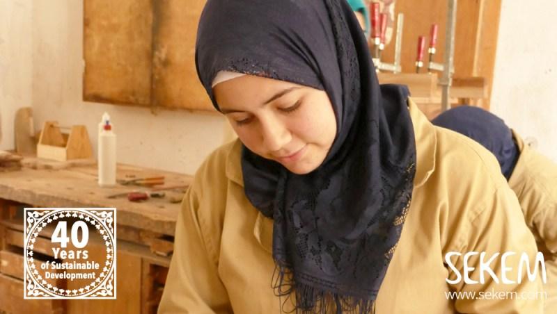 Amani arbeitet in der Schreinerei.