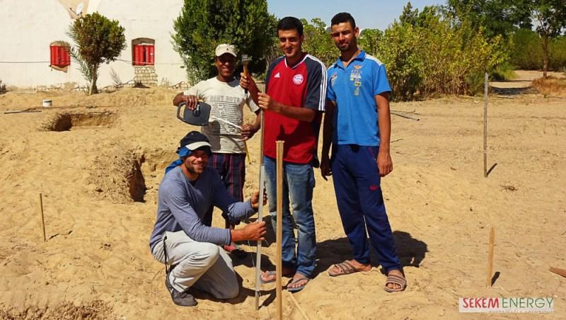 El-Sayed Mohamed (zweiter von rechts) mit seinen Kollegen bei der Installation der neuen Solar-Pumpe.