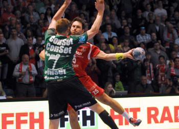 Michael Müller in einer Szene mit Ex-MT-Spieler Thomas Klitgaard. Foto: Heinz Hartung
