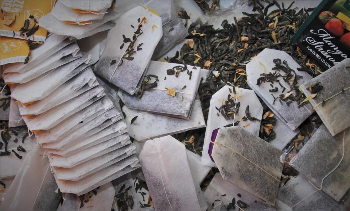 porównanie herbaty w torebkach i całych liściach