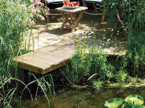 terrasse am teich teichterrasse: holzsteg über wasser bauen | selbst.de