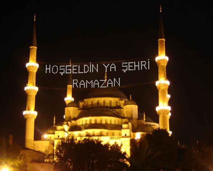 Fotoğrafta, gece vakti çekilmiş mahyalı bir camii var. Mahyada Hoşgeldin ya şehr-i ramazan yazıyor.