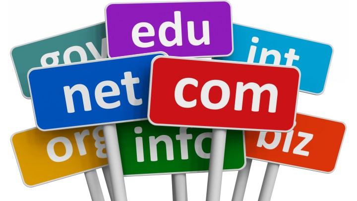 Domain transferi hakkında olan görselde beyaz bir zemin üzerinde renk renk tabelalar var. Her birinde com, net, edu gibi uzantılar yazıyor.