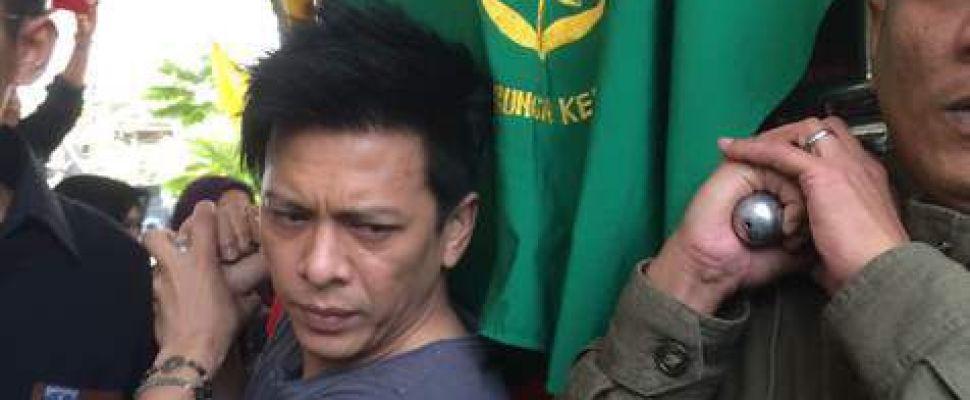 Ariel Bawa Jenazah Ayah ke Masjid Untuk Disalatkan