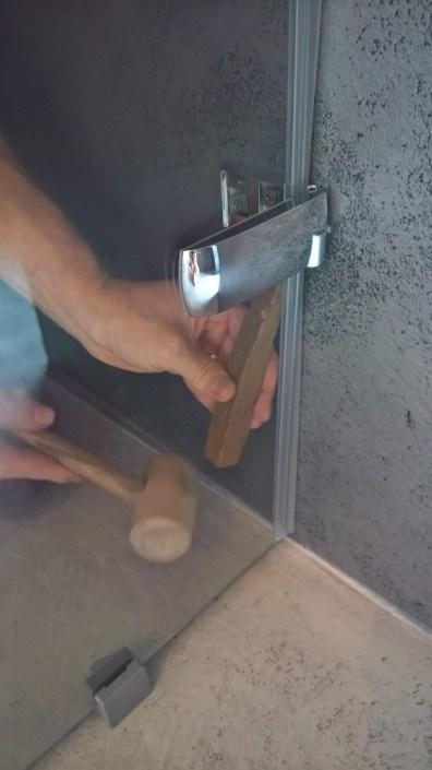 Usazování dveří do pantů