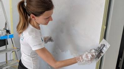 Práce na finální vrstvě omyvatelné stěrky benátským hladítkem