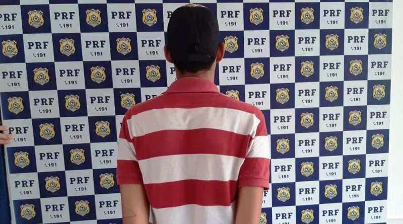 Passageiro de ônibus é preso pela PRF em Teixeira de Freitas com arma de fogo