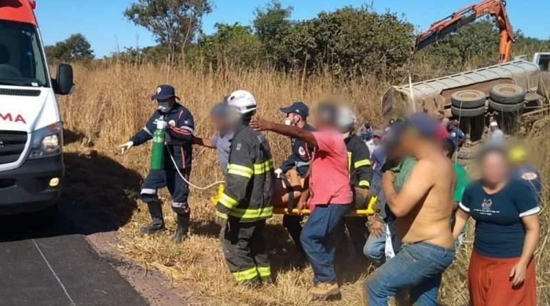 Homem é resgatado com vida após ficar preso embaixo de caçamba durante acidente na BR-242