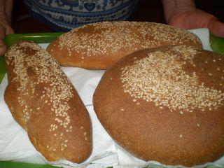 Il pane  nero di Castelvetrano nelle sue forma a vastedda e filone.