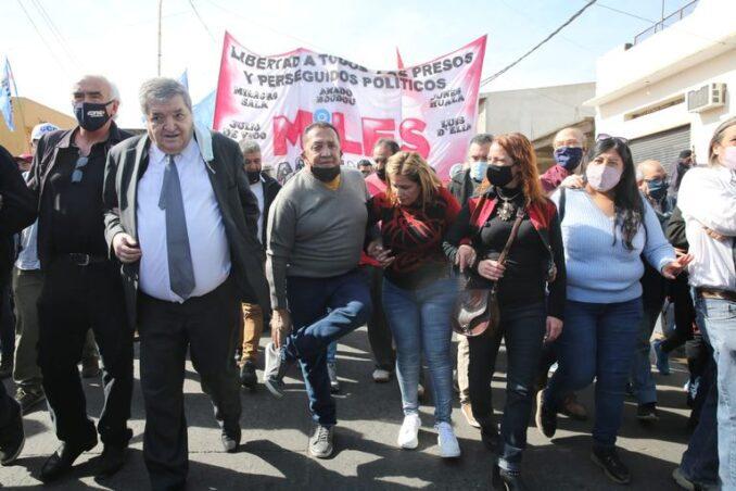 """Argentina, justicia generosa: Luis D'Elía celebró su libertad con una """"caravana contra el lawfare"""""""