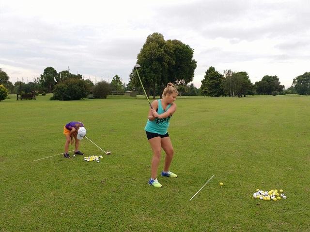 En Golf local esta creciendo la participacion de mujeres en el juego