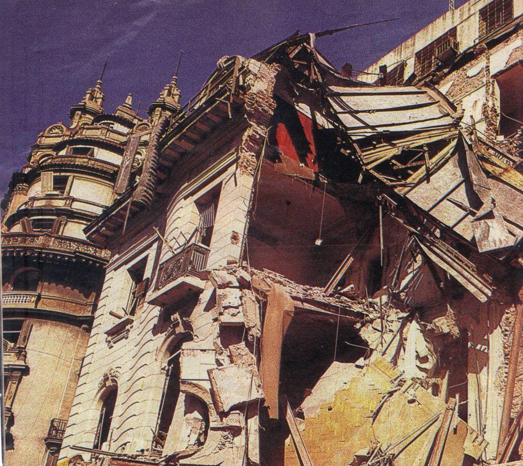 La Embajada de Israel en Buenos Aires, destruida.