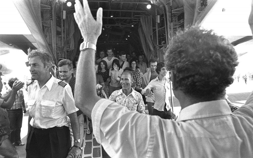 regreso de los rehenes de Entebbe, con capitan Michel Bacos