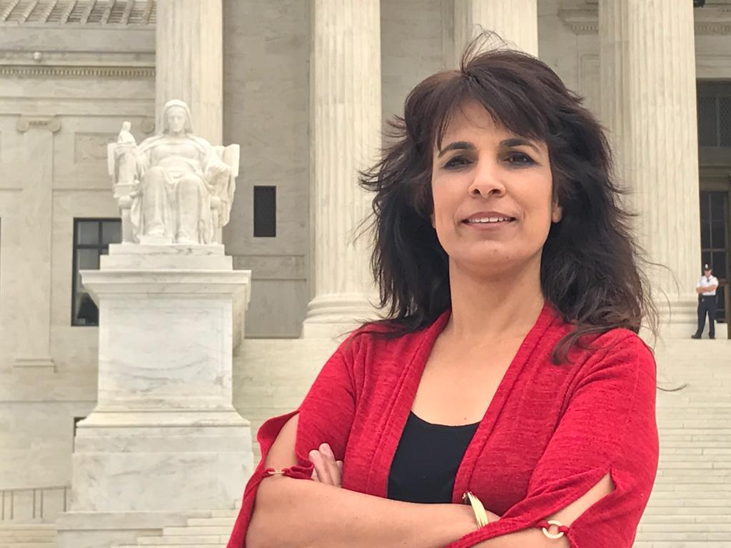 Nitzana Darshan-Leitner junto a la Suprema Corte de Justicia en Estados Unidos