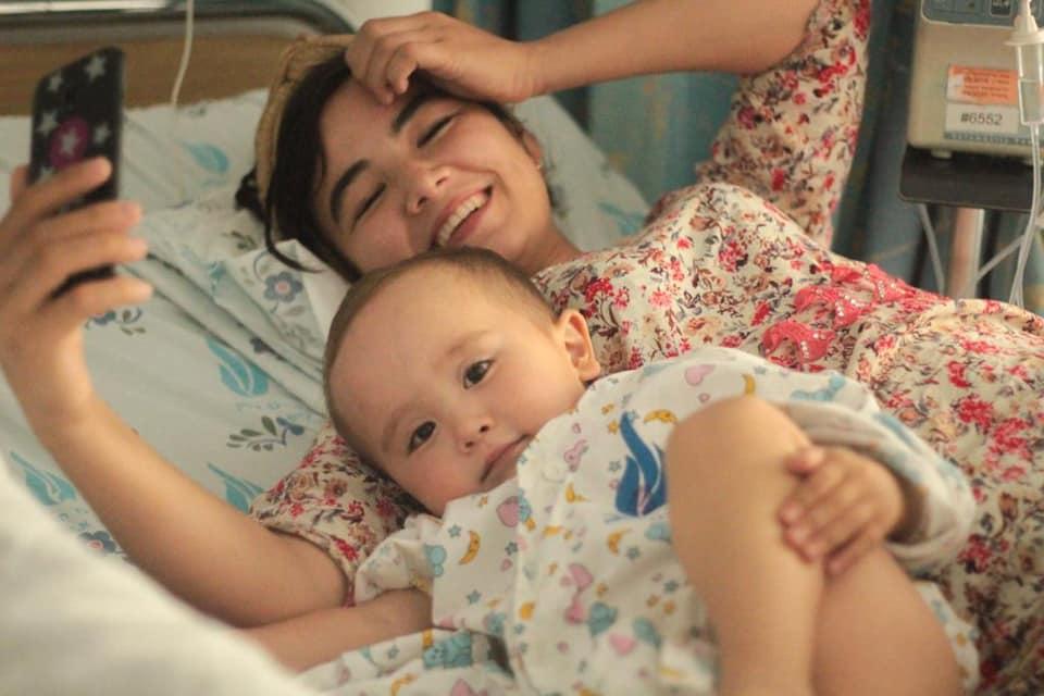 Husan con su mamá, ya después de la operación