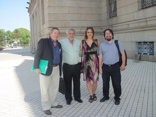 2011, Montevideo. En la entrada al Parlamento de Uruguay, Malena junto al Presidente,Vice Presidente y Secretario de la Asociación de Padres de Fibrosis Quística
