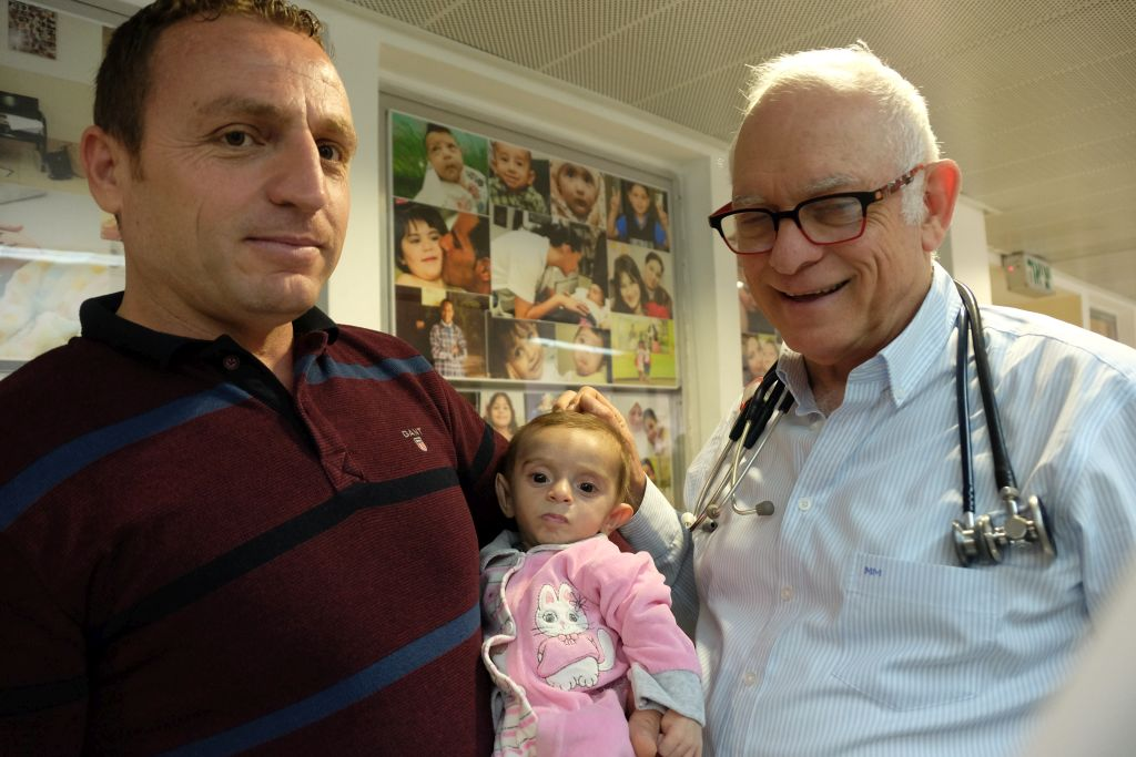 El Dr. Akiva Tamir con Zakariya Al-Obaidi y su hijita