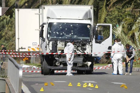 Este camión fue conducido contra la muchedumbre que celebraba la fiesta patria en una pequeña localidad cercana al puerto de Niza en la República de Francia.