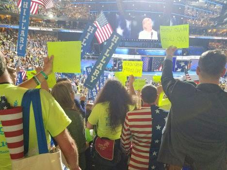 Delegados demócratas manifiestan su desacuerdo con Hillary Clinton.