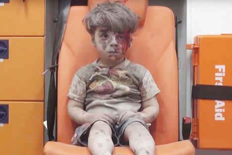 El pequeño Omran Daqneesh, al momento de ingresar a la ambulancia que lo llevó a un centro médico, donde recibió los primeros auxilios.