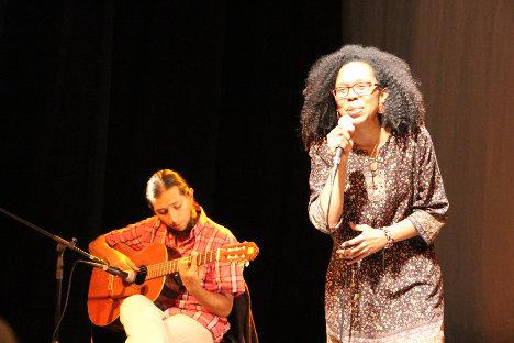 Laura Gauzá, canta algunos tangos en homenaje a Leonardo Posada. Foto Carolina Tejada.