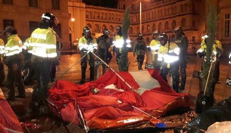 Policías desalojan campamento a la fuerza.