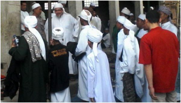 Tengku Zulkarnaen selesai melaksanakan Shalat Zuhur berjamaah di PesantrenAl