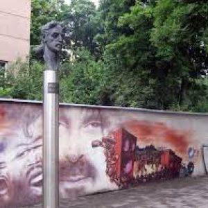 semestafakta-a statue of Frank Zappa