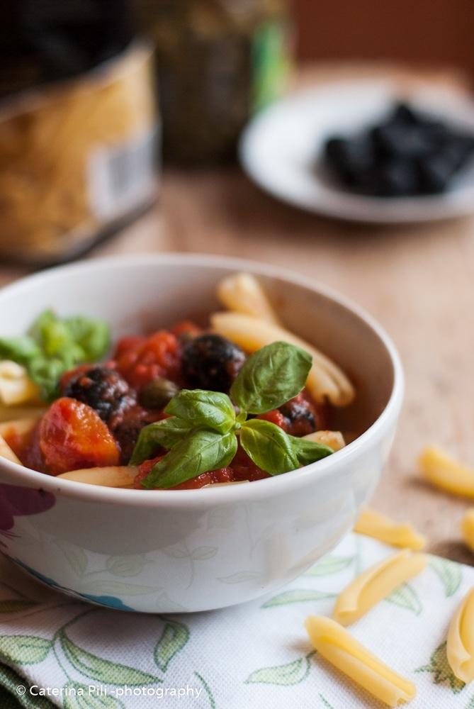 Caserecce con pomodoro ,olive,capperi e basilico