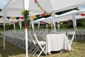 Carpas festivas con banderitas DIY y ramos de flores