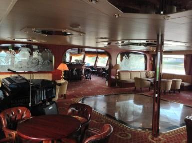 Salón panorámico del barco donde se realizan la mayor parte de actividades