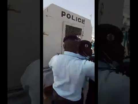 Karim Xrum Xakh brule le drapeau de la France et se fait arrêter (Vidéo)
